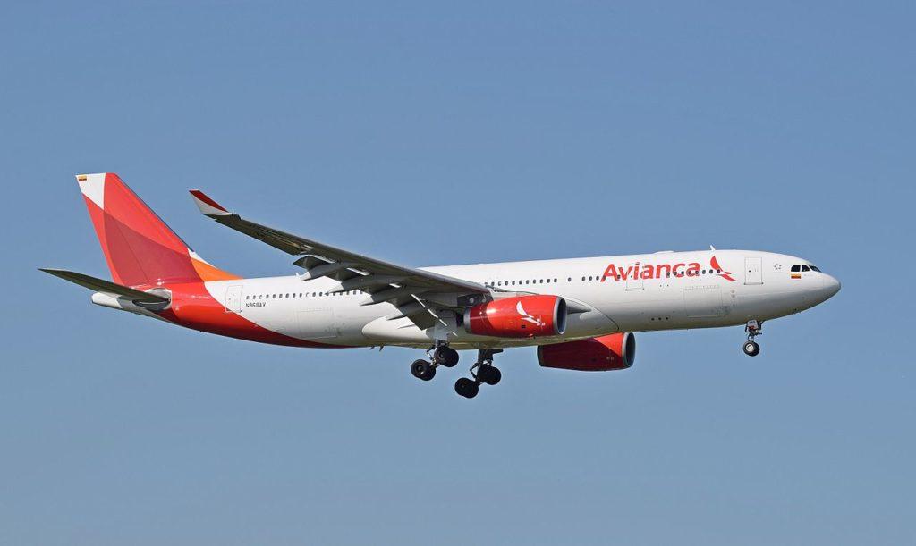 Avianca_A330-200_(N986AV)_arrives_London_Heathrow_10Sep2015_arp